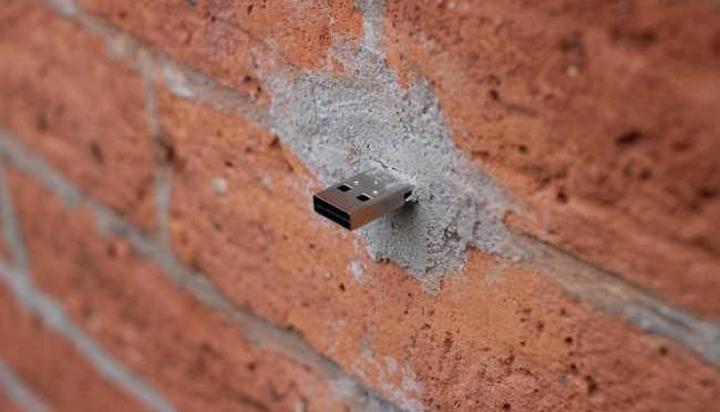 deaddrop dans un mur
